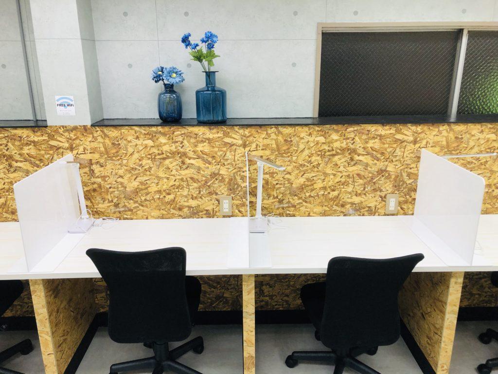 自習スペースの机の間隔